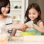 Bố mẹ nên làm gì khi con bám người giúp việc
