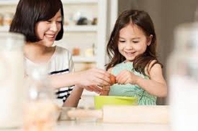 Con cái thân thiết với người giúp việc