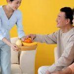 Chọn giúp việc chăm sóc người già cần lưu ý những điều gì?