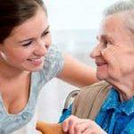 Khi chăm sóc người già khó tính bạn cần phải làm gì